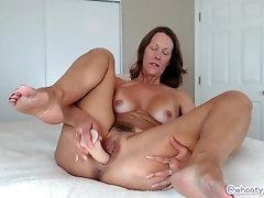 Camgirl Jess Ryan Gotta Cum uses Hitachi for Orgasm